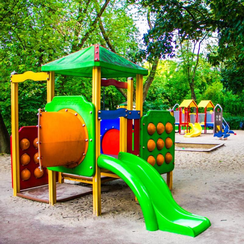 Plac zabaw w parku stefana zeroskiego w warszawie