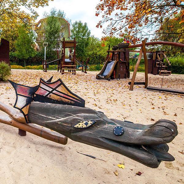 Smoczy plac zabaw w parku zaczarowanej dorozki w krakowie
