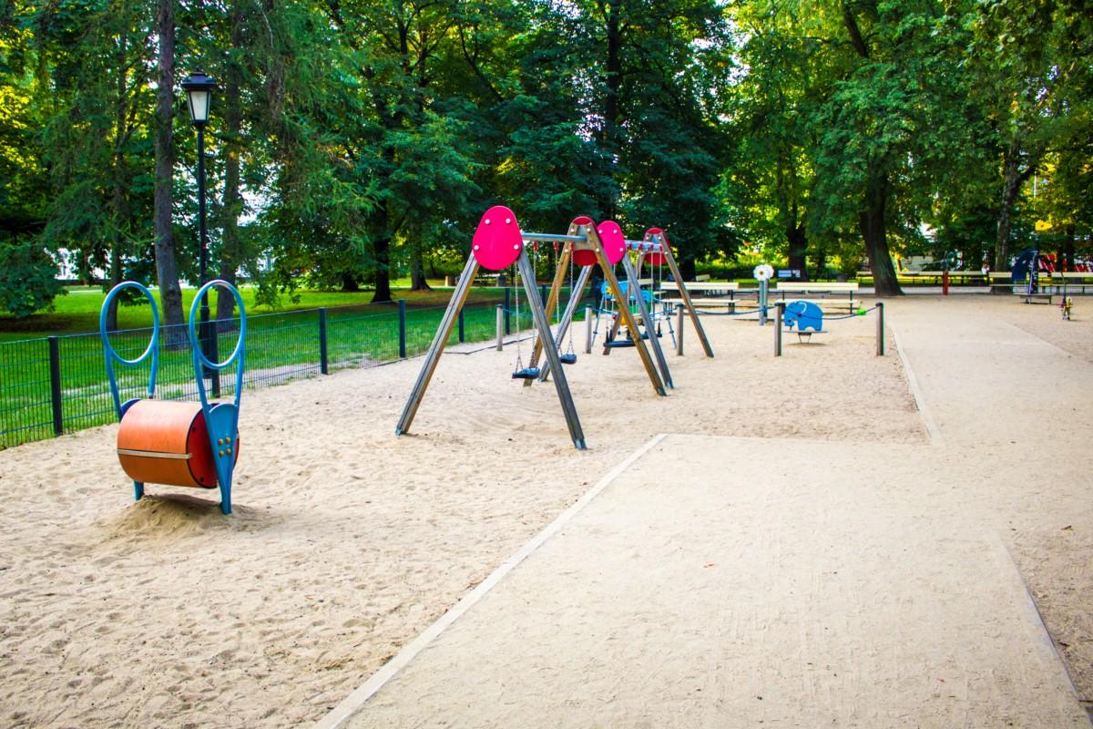 plac zabaw dla dzieci w ogrodzie saskim w Warszawie zdjęcie 9