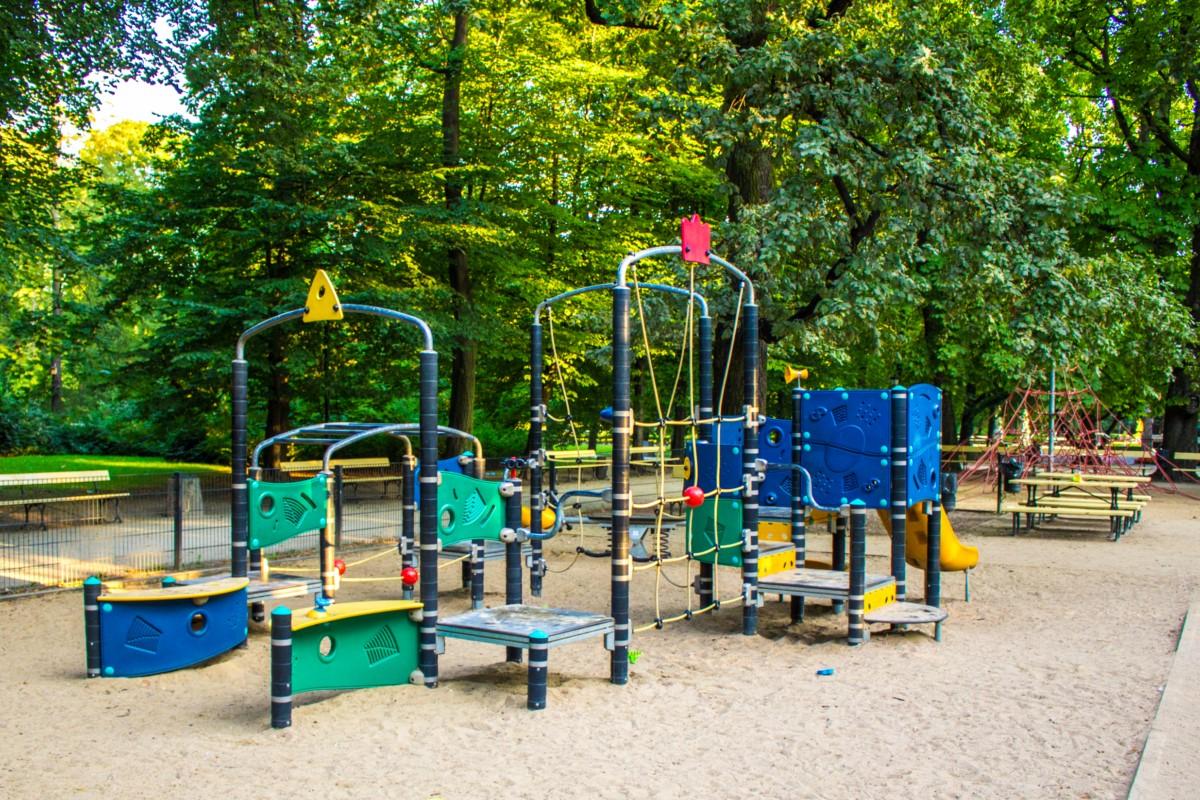 plac zabaw dla dzieci w ogrodzie saskim w Warszawie zdjęcie 7