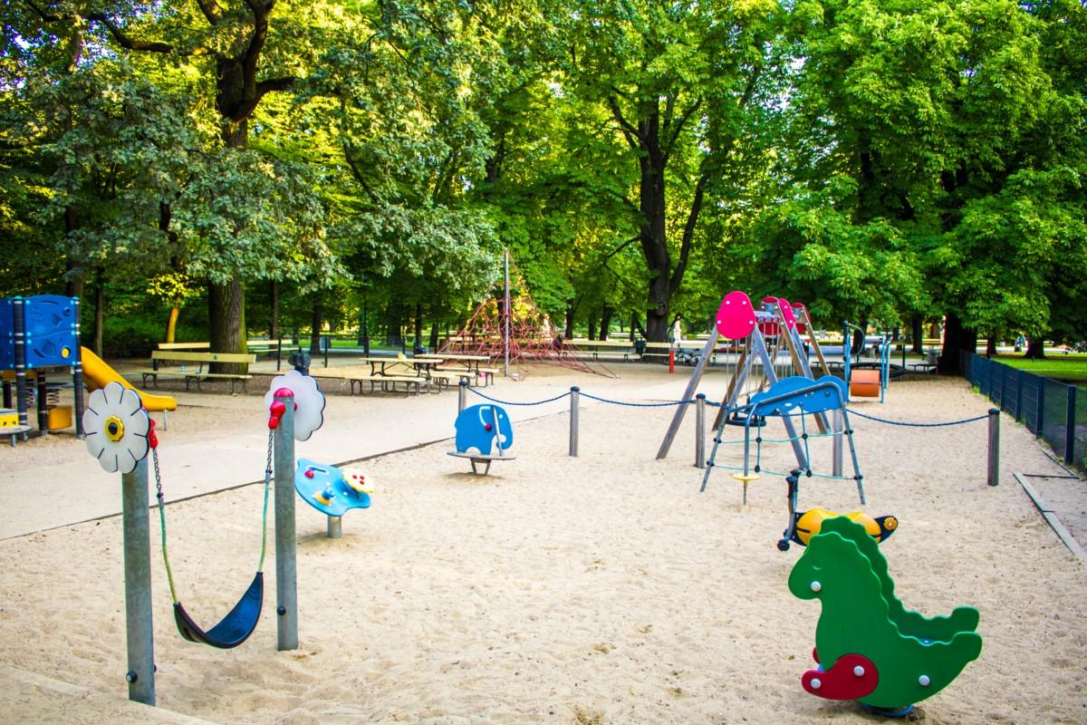 plac zabaw dla dzieci w ogrodzie saskim w Warszawie zdjęcie 6