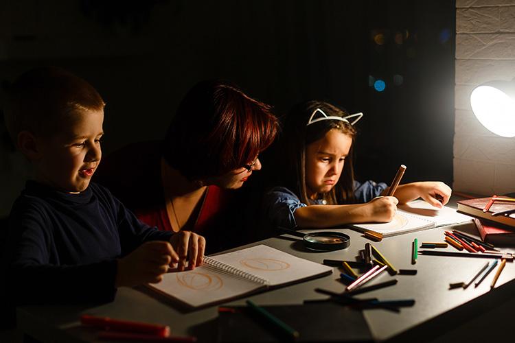 jak wybrać lampkę biurkową dla dziecka