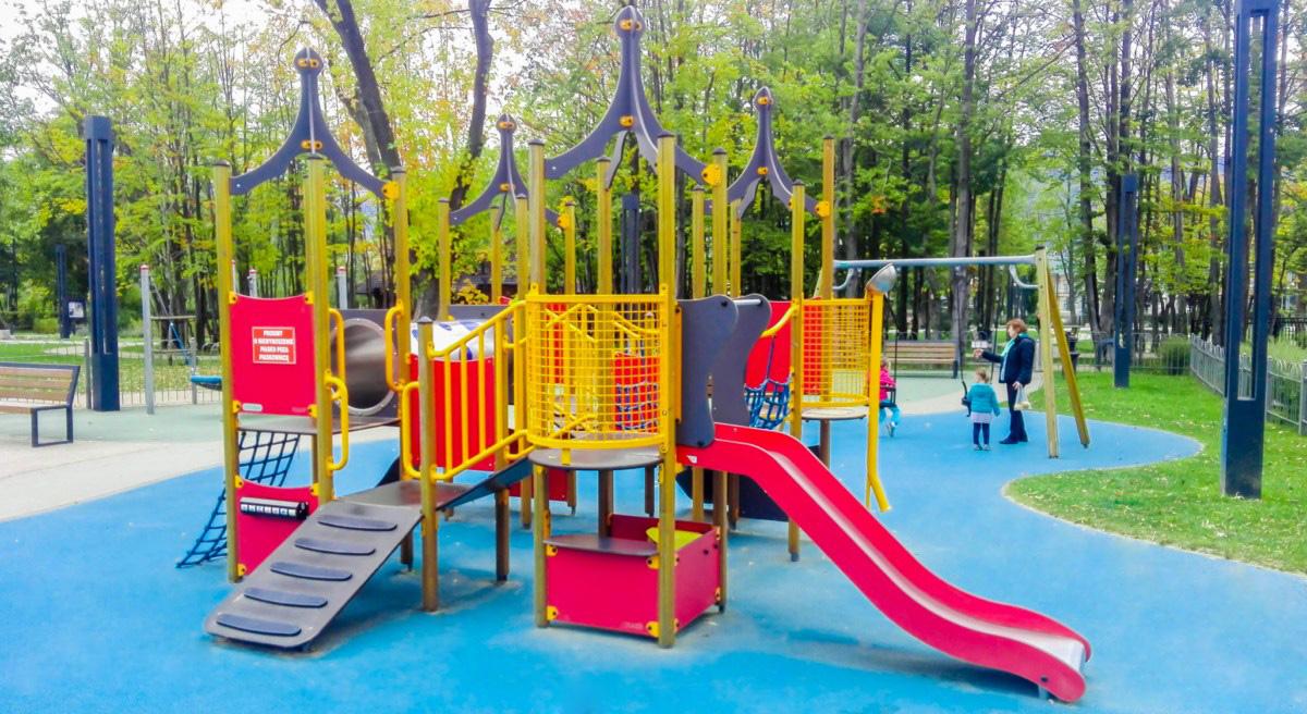 Plac zabaw dla dzieci w Parku Piłsudskiego w Zakopanem