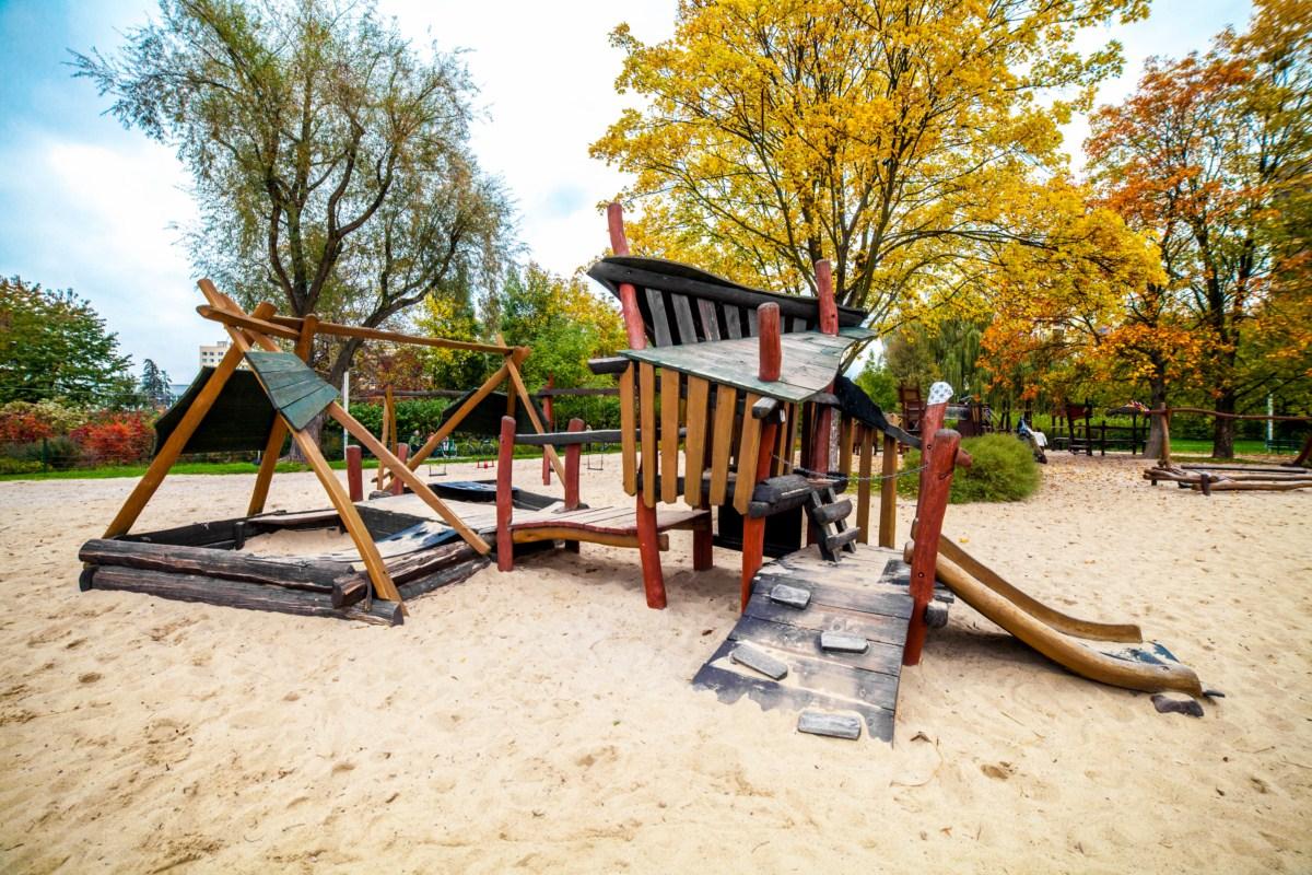 plac zabaw dla dzieci w Parku Zaczarowanej Dorożki w Krakowie