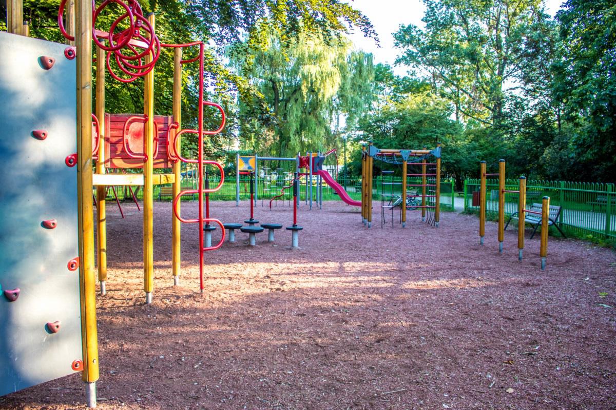 plac zabaw dla dzieci w parku wielkopolskim w Warszawie
